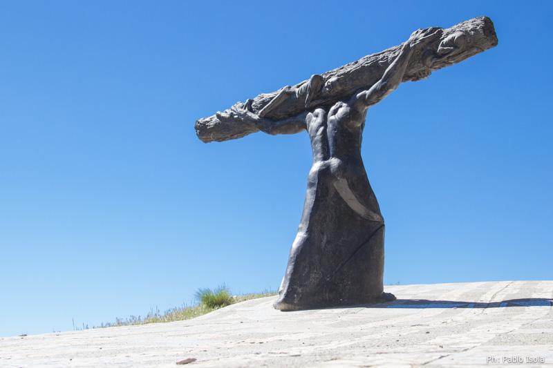 Jesús carga con la cruz